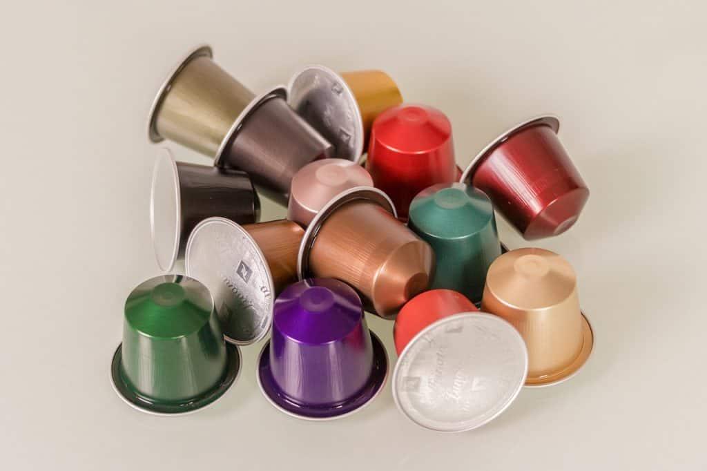 Cápsulas de café coloridas na mesa.