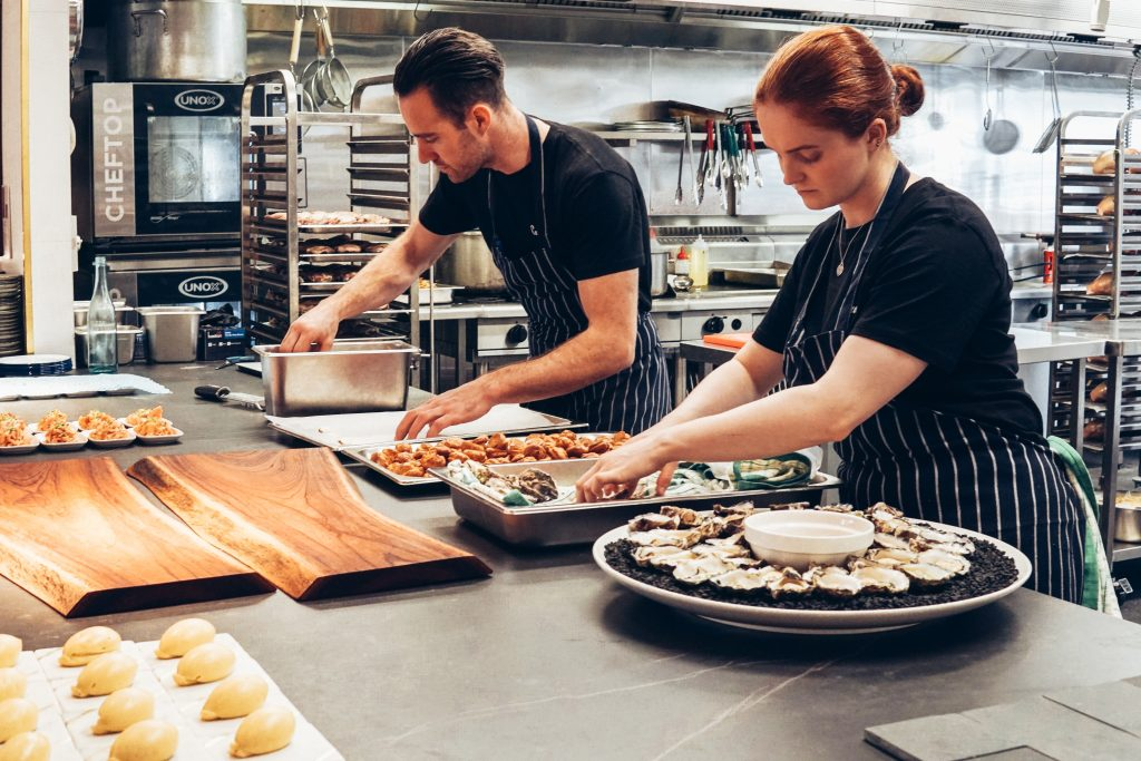 Imagem de dois cozinheiros trabalhando.