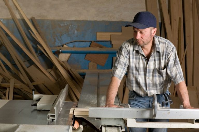 Imagem mostra um carpinteiro trabalhando em uma oficina.