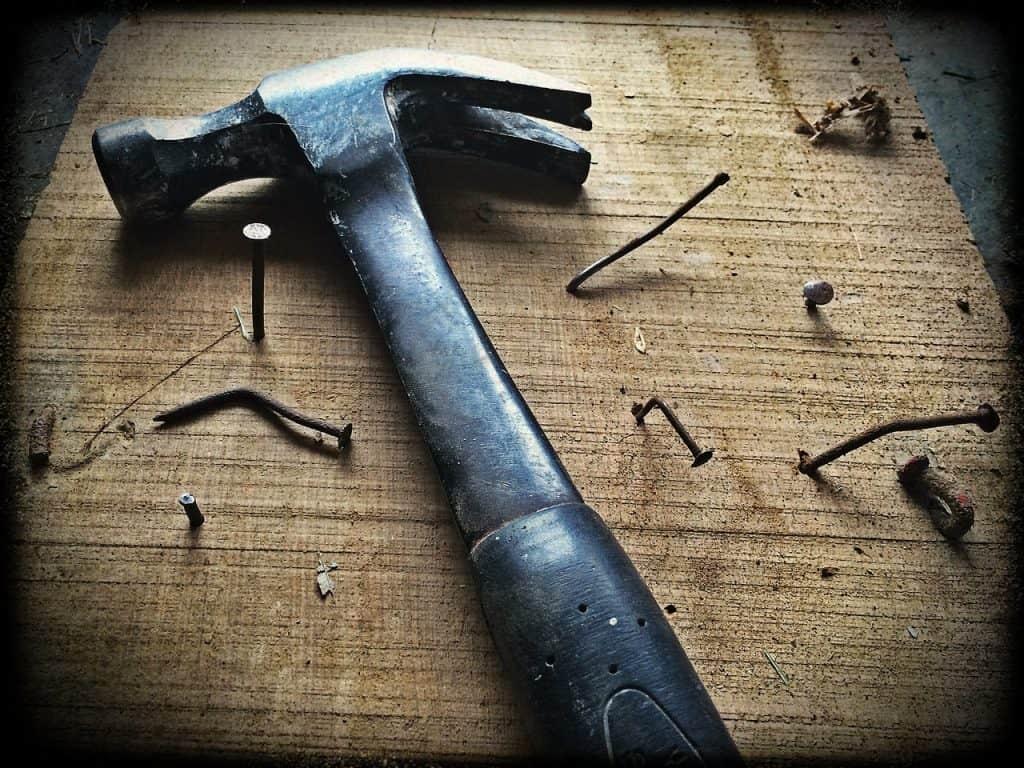 Imagem de martelo de ferro.