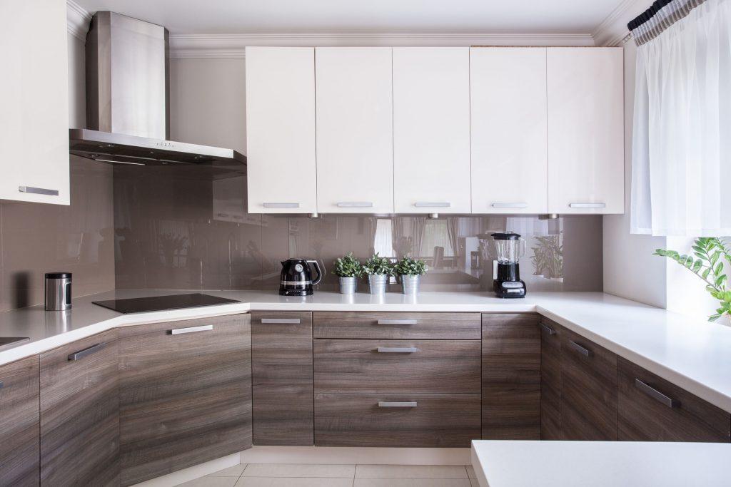 Imagem de cozinha com cortina em janela com bancada.