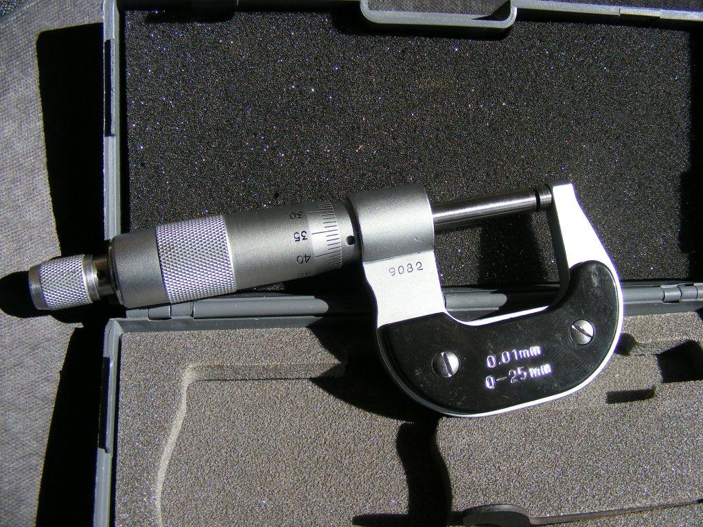 Imagem mostra um micrômetro externo apoiado na espuma de uma maleta aberta.