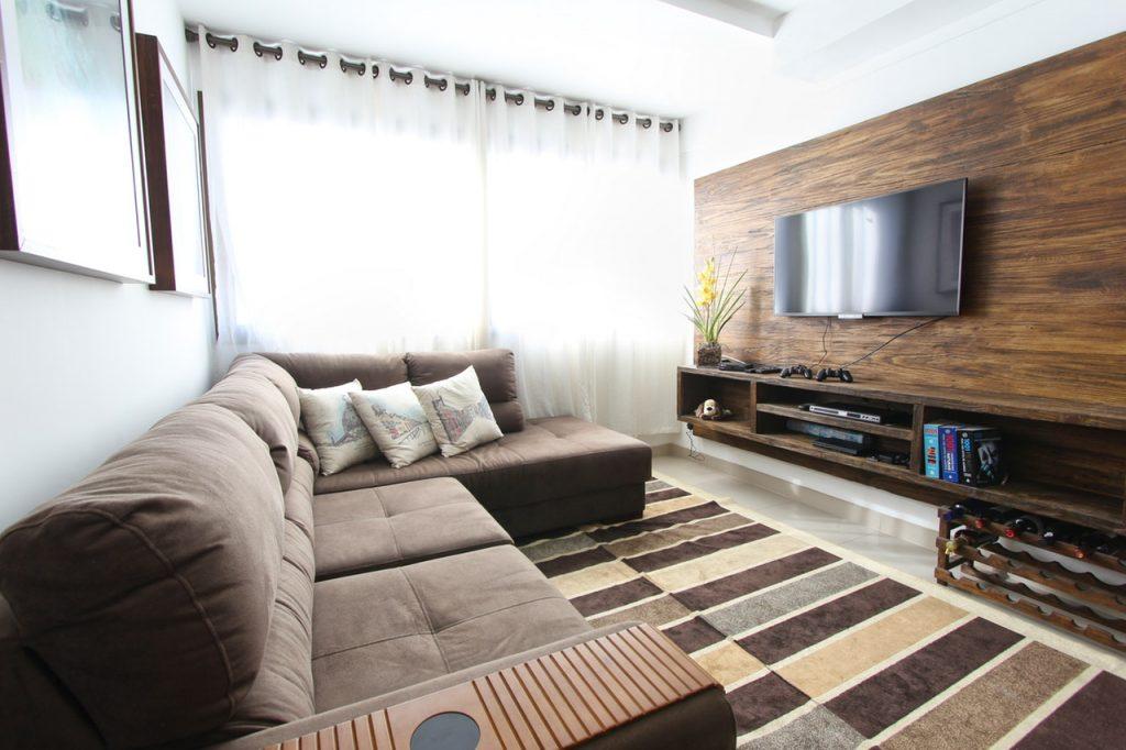 Imagem de uma esteira posicionada no braço de um sofá.