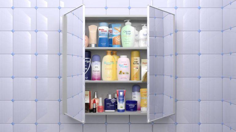 Imagem de espelheira de banheiro com portas abertas