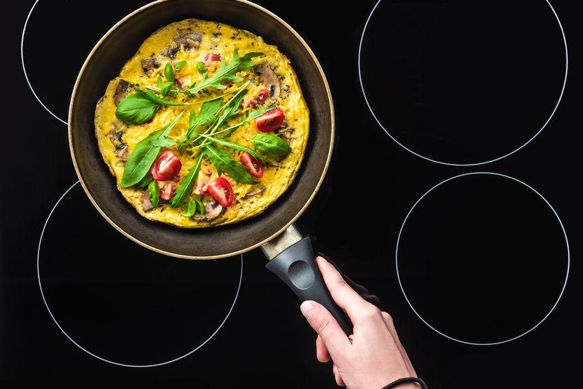 Omelete em frigideira apoiada em bancada