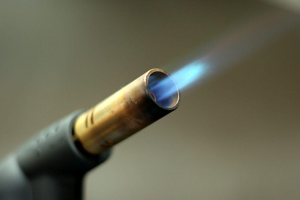 Um maçarico com a chama acesa.