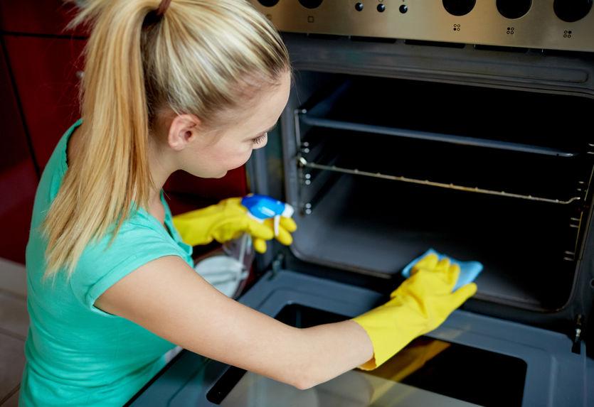 Moça limpa forno de embutir