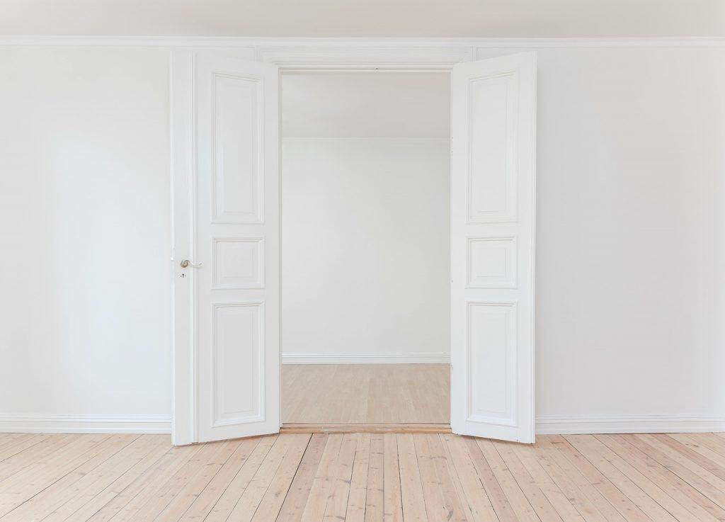Portas brancas abertas no interior da casa.