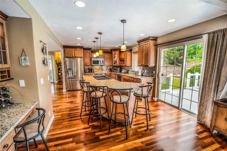 Imagem de uma casa com piso lustroso.