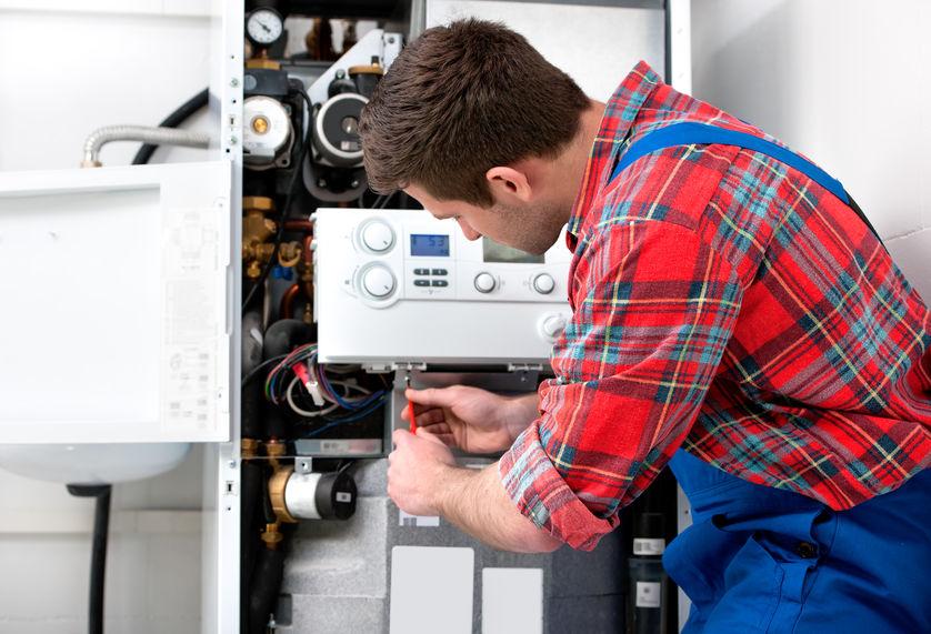 Imagem de um técnico fazendo a instalação de um aquecedor a gás