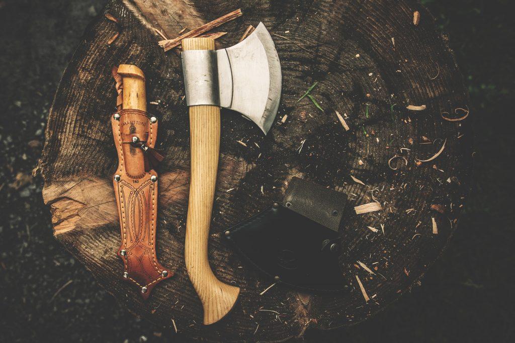 Machado fincado em um pedaço de tronco de árvore
