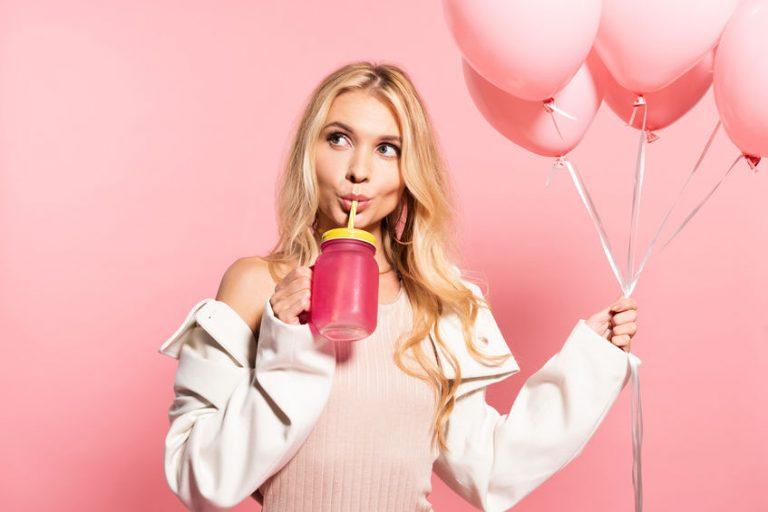 Imagem de uma mulher bebendo um suco.