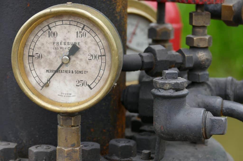 Um regulador de pressão instalado em uma máquina industrial.