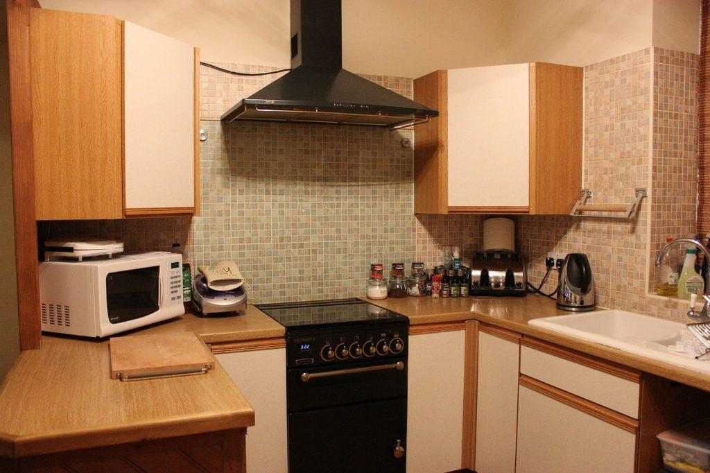 Cozinha equipada com micro-ondas sobre balcão