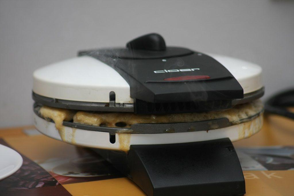 Imagem aproximada de omeleteira preparando omeletes
