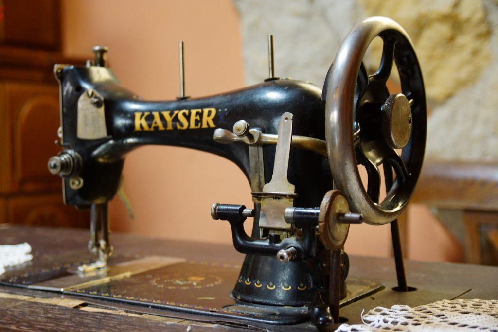Imagem mostra uma máquina de costura antiga