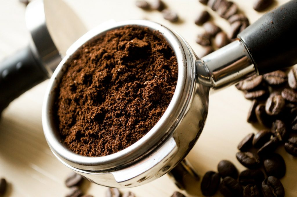 Café em pó na peça que encaixa na cafeteira.