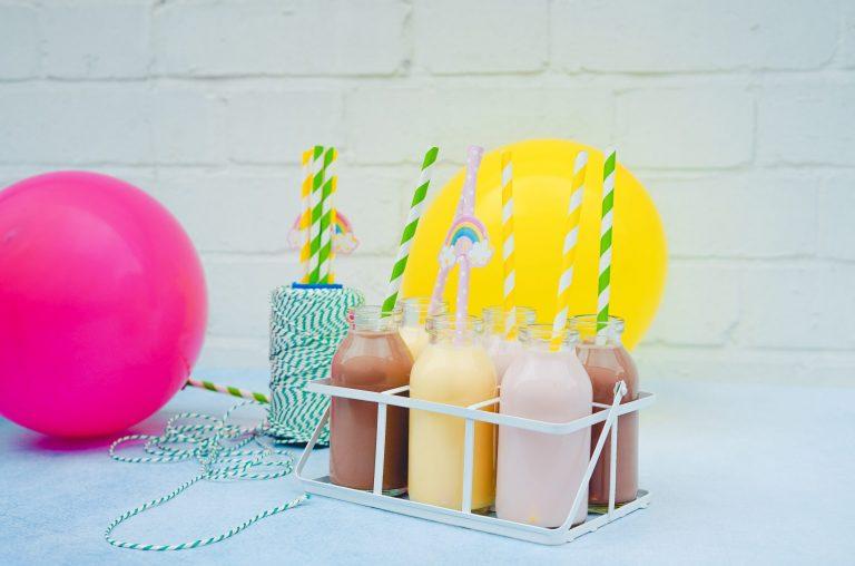 Imagem de copos com canudo em uma cesta.
