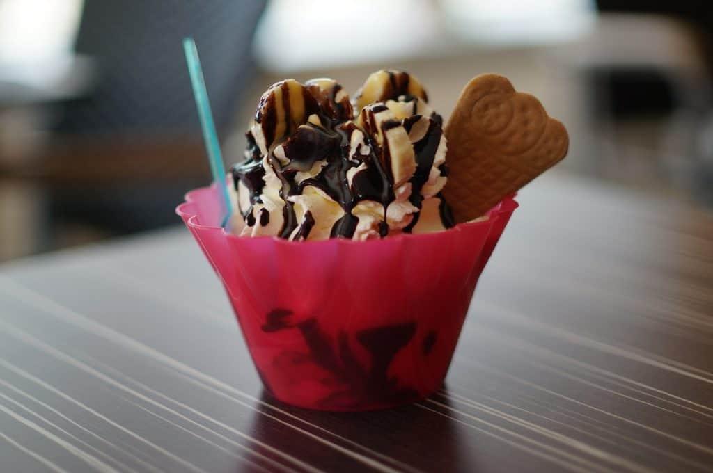 Imagem de uma taça de plástico com sorvete.