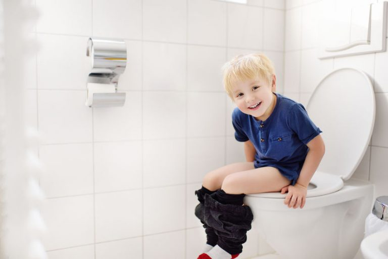Imagem de criança sentada no vaso sanitário