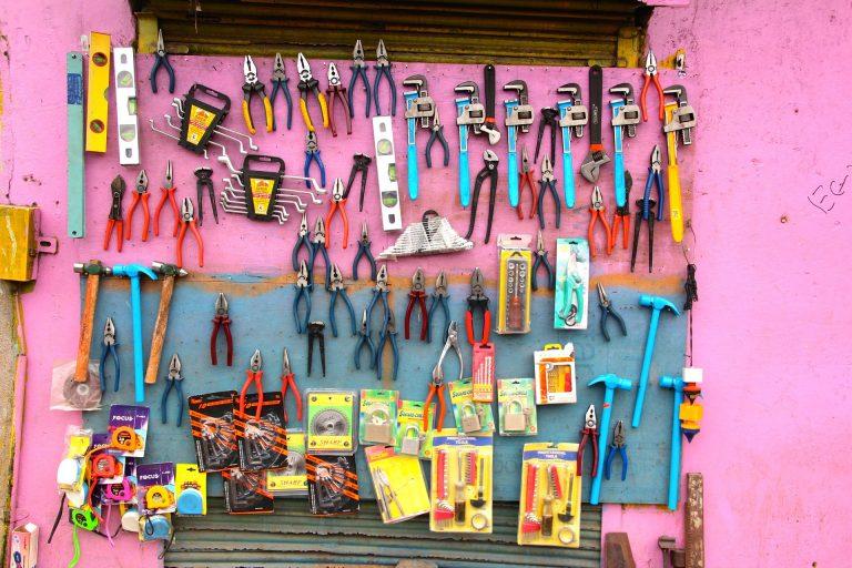 Imagem mostra um painel com muitas ferramentas, entre elas diversos alicates.