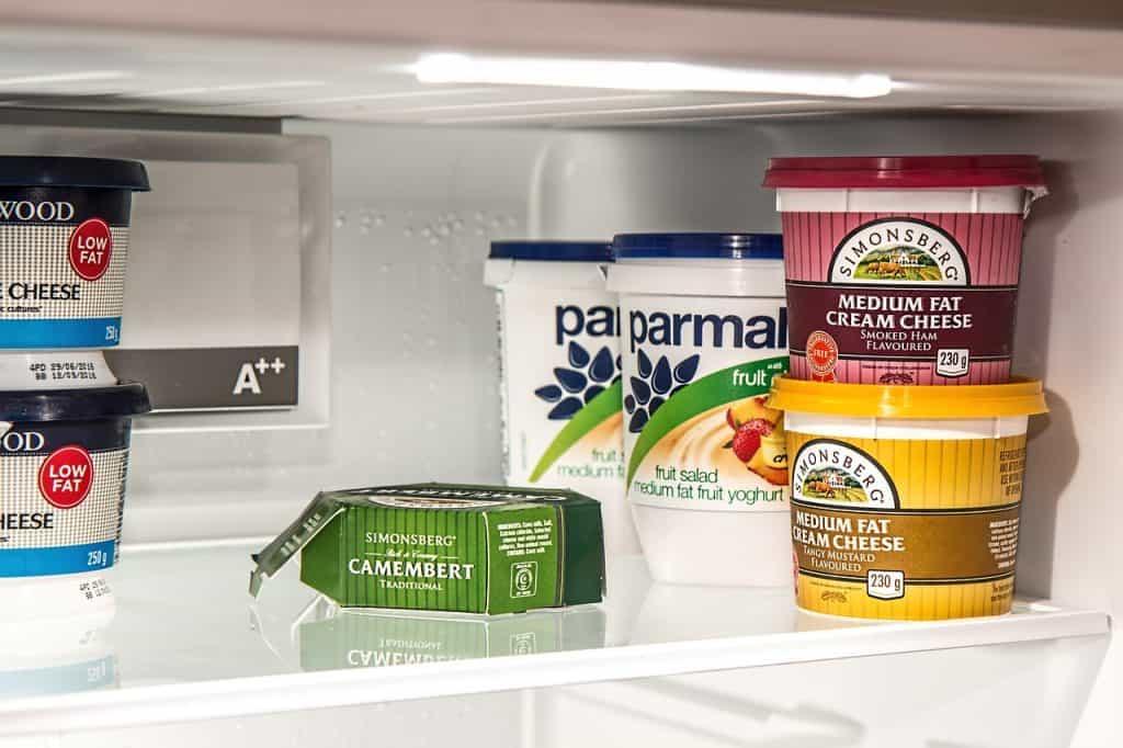 Congelador de frigobar com mantimentos em seu interior.