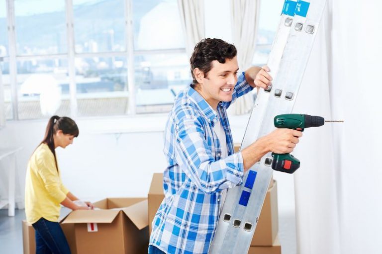 Imagem mostra um homem realizando serviço doméstico com uma furadeira Makita.