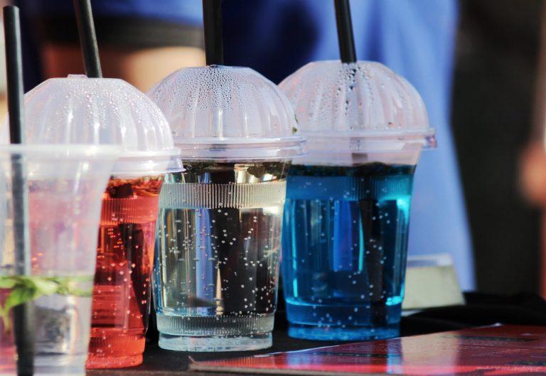 Imagem de alguns copos com canudo.