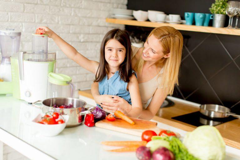 Imagem de mulher usando um multiprocessador junto com a filha