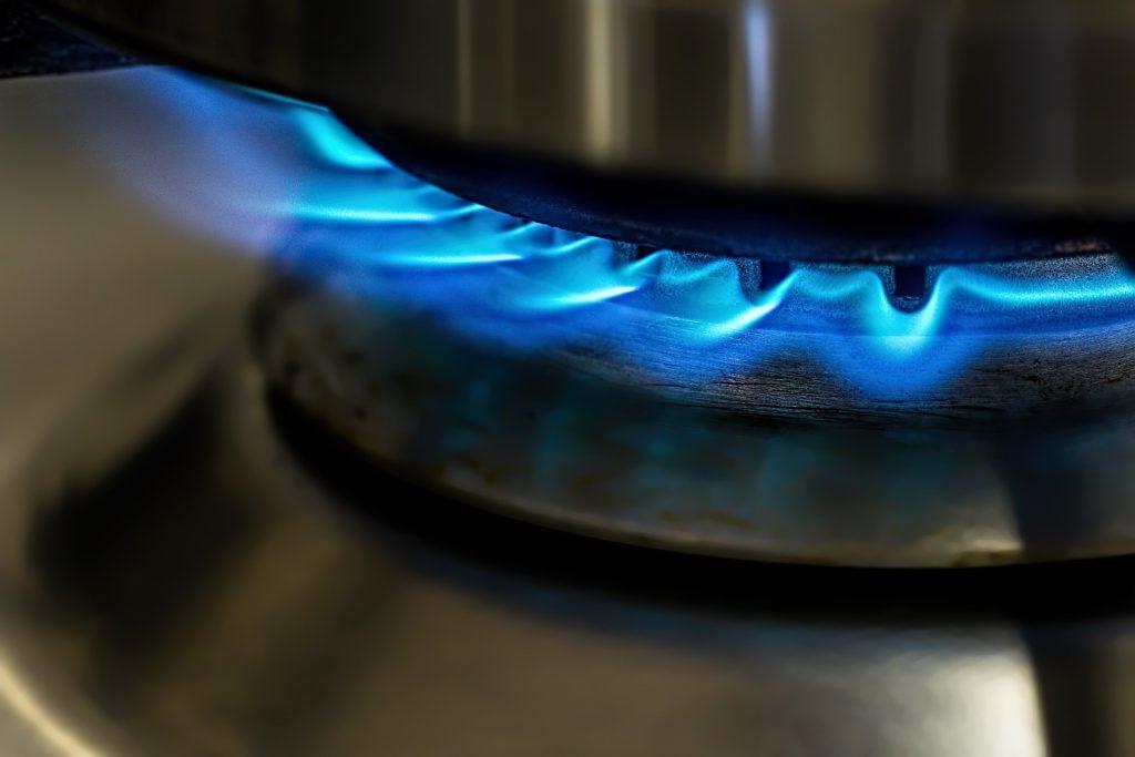 Imagem de uma panela de pressão sobre a chama do fogão