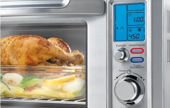 Imagem de forno elétrico Oster com destaque para seu display e funções