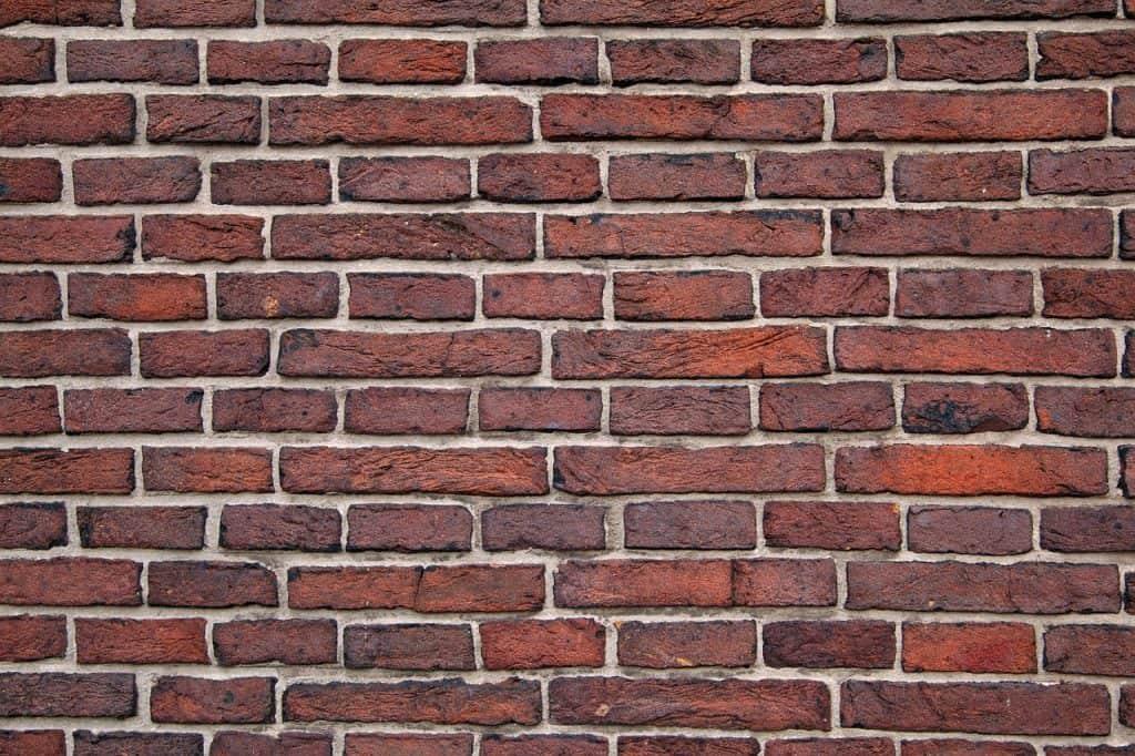 Uma parede de tijolos.