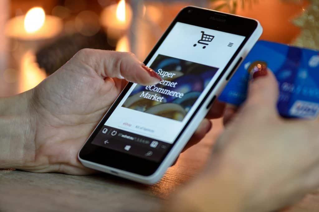 Imagem de uma pessoa fazendo compras pela internet.