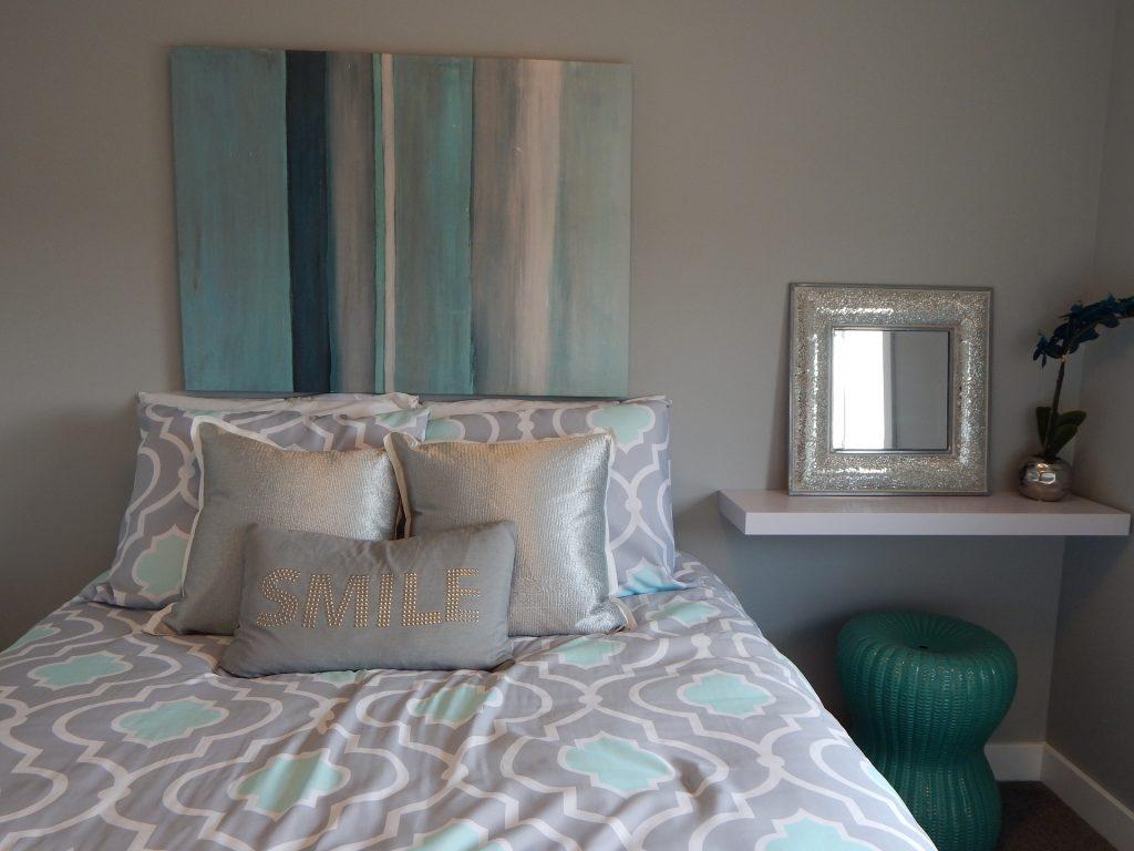 Imagem de quarto com colchão de solteiro decorado com travesseiros e almofadas