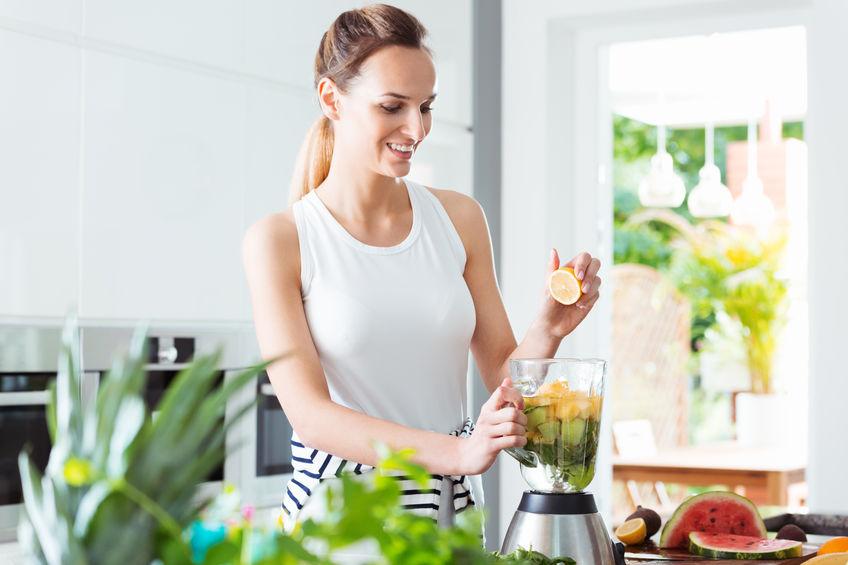 Imagem de pessoa colocando frutas em uma liquidificador Oster