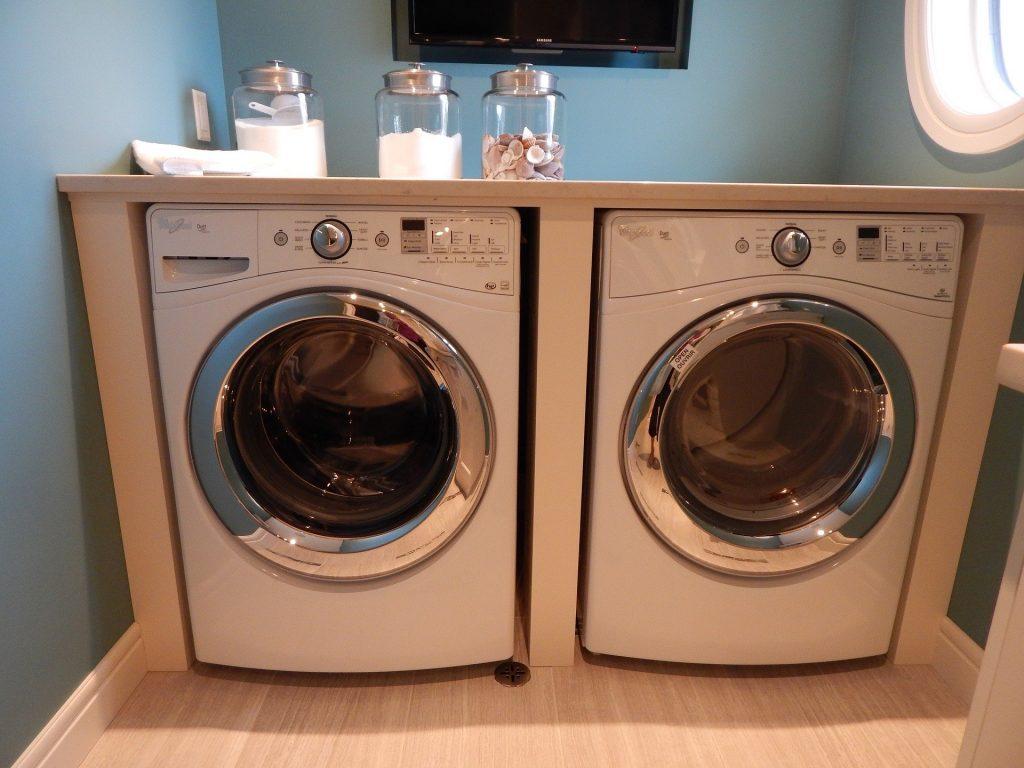 Duas máquinas de lavar com abertura de tampa frontal.
