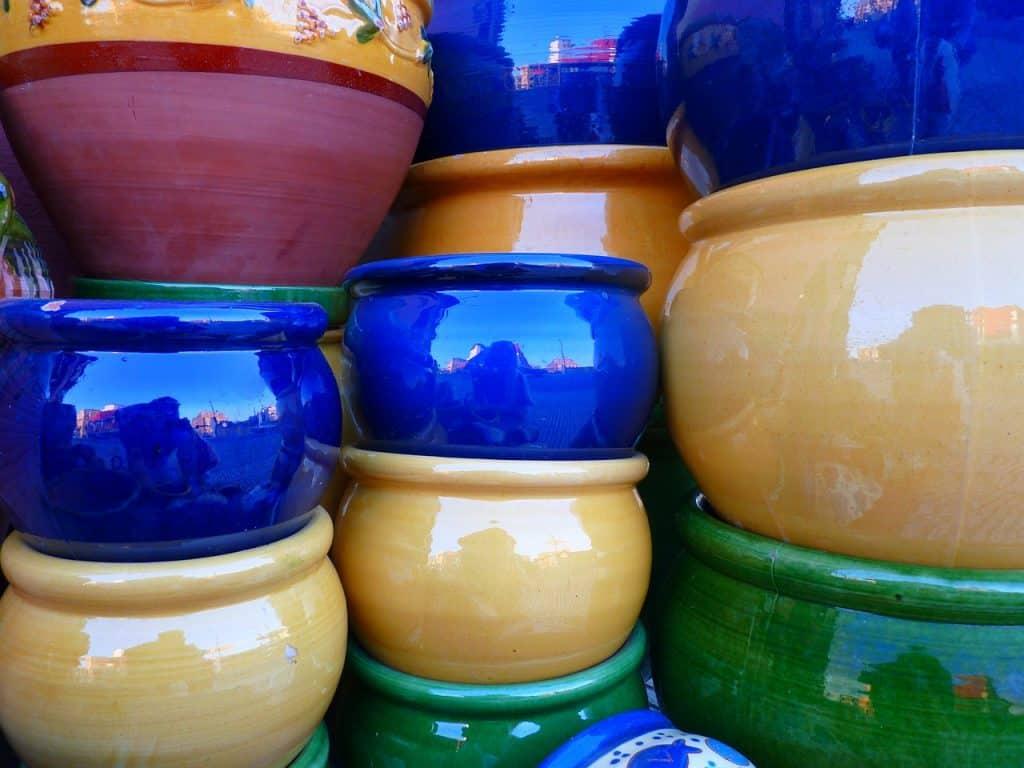 Vasos de cerâmica coloridos empilhados.