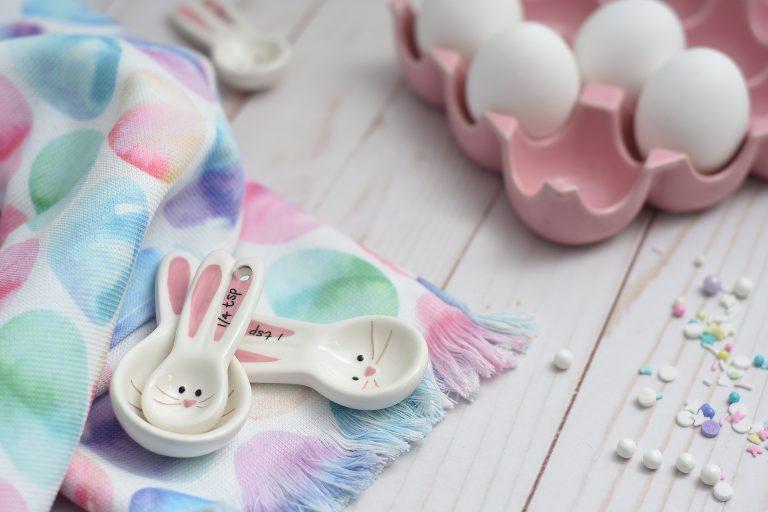 Imagem de colheres medidoras com decoração de coelho