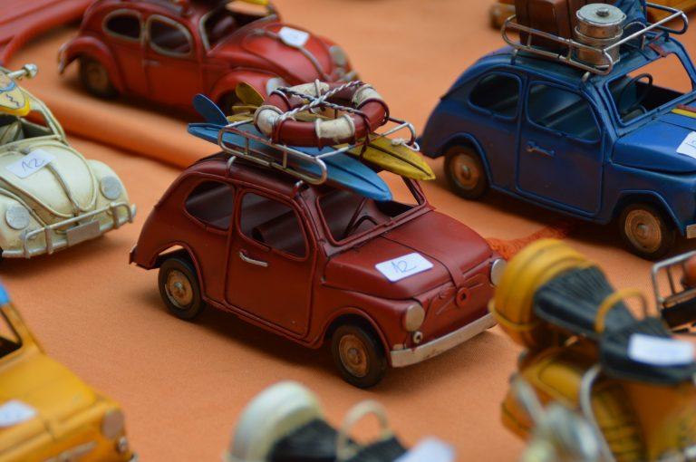 Diversas miniaturas de carros dentro de uma vitrine.