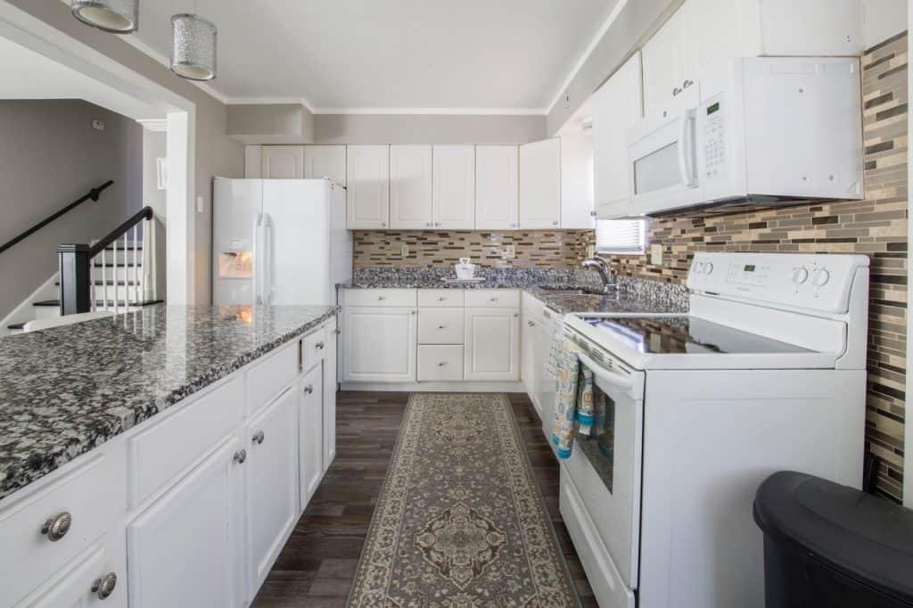 Imagem de cozinha de estilo clean com tapete retangular estampado com formas geométricas