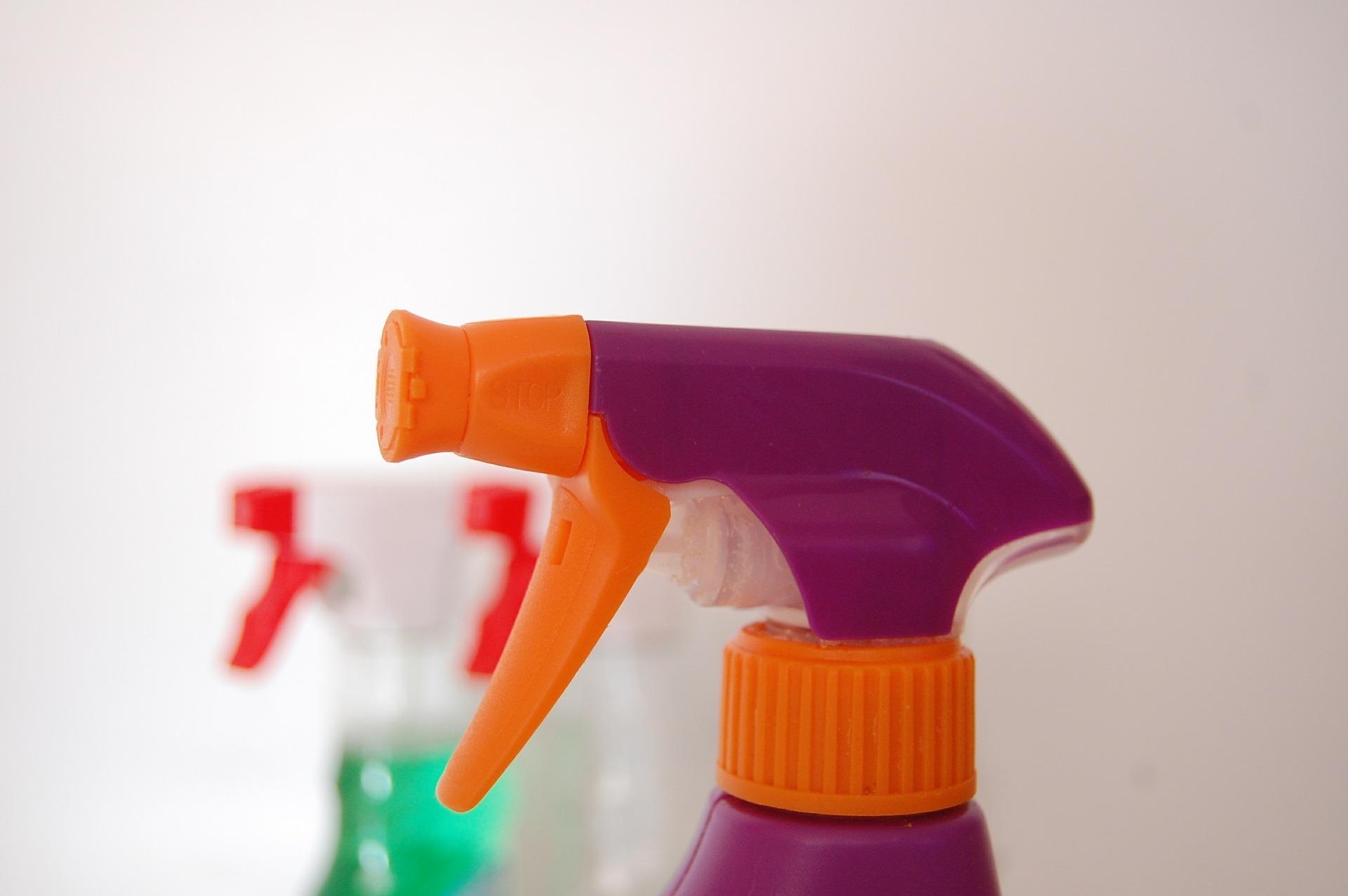 Imagem de frascos de desinfetante com bicos borrifadores coloridos