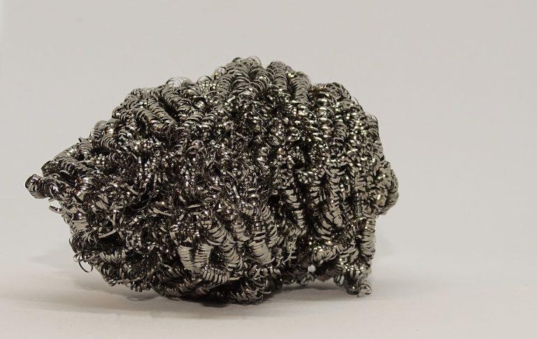 Imagem de esponja de aço inoxidável sobre bancada branca