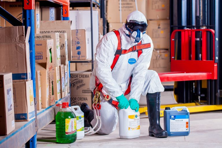 Imagem de pessoa utilizando luvas para manipular produtos químicos