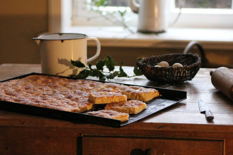 Imagem de panela com leite derramado em fogão de indução