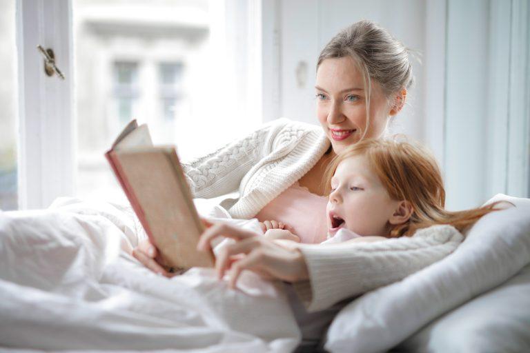Imagem de mãe e filha juntas.