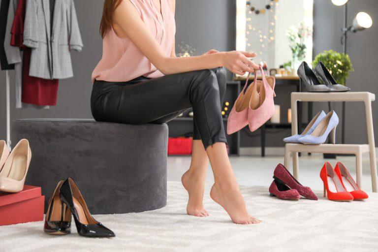 Imagem de uma mulher provando sapatos.