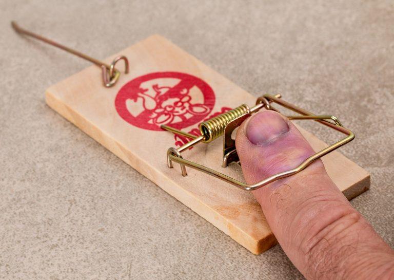 Imagem de dedo humano preso em ratoeira
