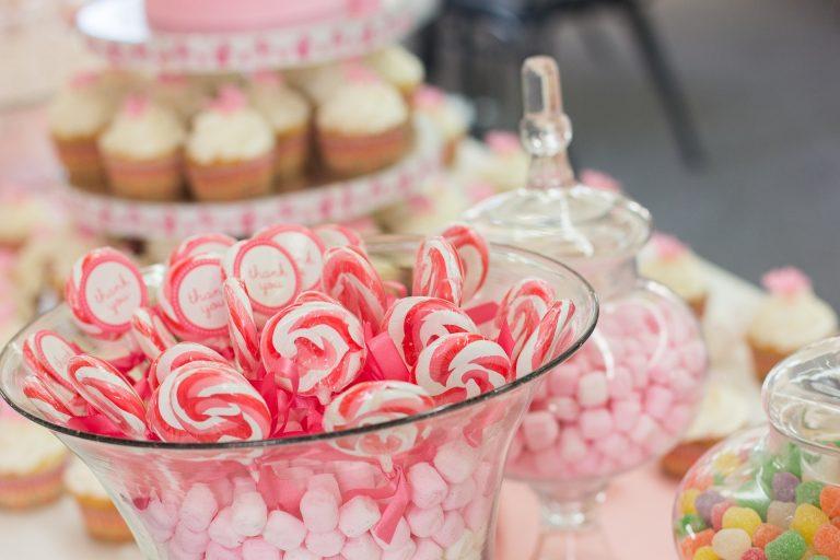 Imagem de baleiros com doces compondo mesa de aniversário