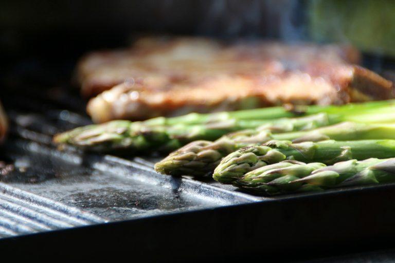 Imagem de chapa de ferro fundido com grill com carne e aspargos