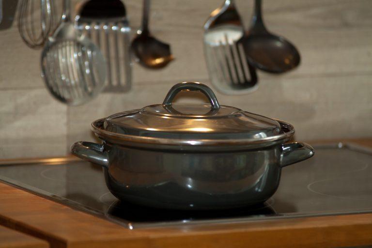 Imagem de caçarola em inox sobre fogão de indução